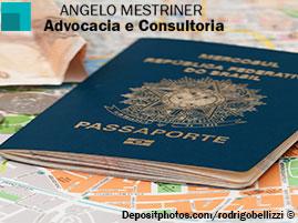 Um passaporte sobre um mapa.